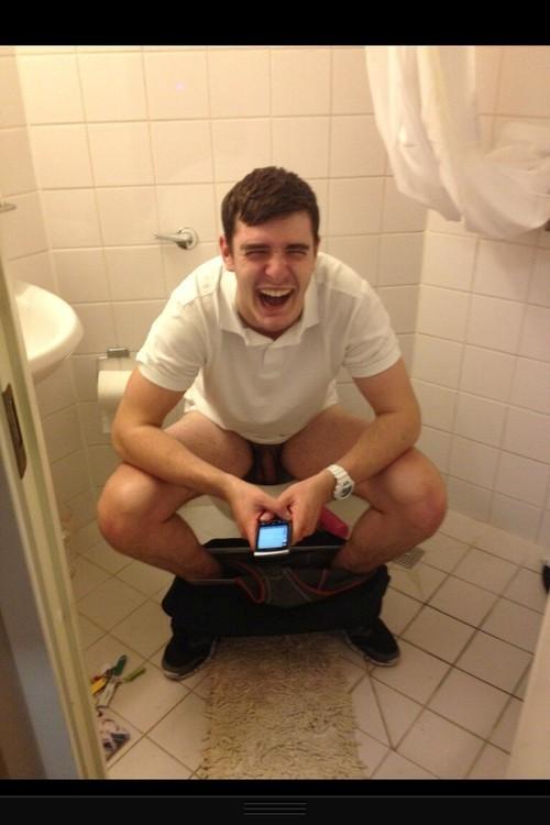 как мужчины писать в туалете поднимается, застенчиво